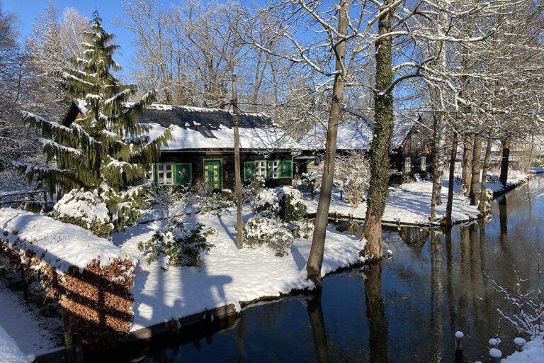 Wasserkanal im Winter mit typischem Spreewaldhaus